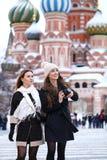 2 туриста девушек сфотографированы в Москве (Россия) Стоковые Фотографии RF