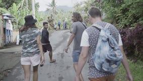 3 туриста идут в сторону азиатской страны с местными людьми на горячий день акции видеоматериалы