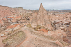 2 туриста идут на ряд скалистой горы в красной каменной долине Стоковые Фотографии RF