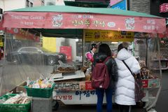 2 туриста покупают некоторые традиционные печенья на местной магазинной тележкае Стоковая Фотография RF