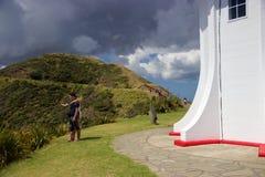 2 туриста принимая selfie на накидку Reinga, Новую Зеландию Стоковое Изображение