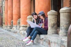 2 туриста прочитали карту города Стоковые Фото