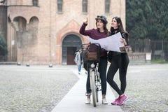 2 туриста прочитали карту города Стоковое Изображение