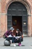 2 туриста прочитали карту города Стоковое Фото
