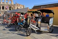4 туриста pedicab ждать в Риме, Италии Стоковая Фотография