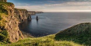 Туристическая достопримечательность ирландского мира Ирландии известная в графстве Кларе Скалы западного побережья Moher Ирландии стоковая фотография rf