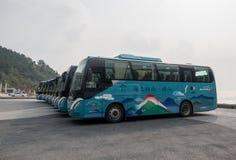 Туристические автобусы на виске в Laoshan около Qingdao стоковое фото rf