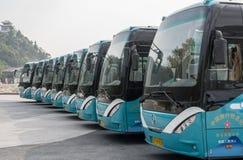 Туристические автобусы на виске в Laoshan около Qingdao стоковое изображение rf