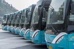 Туристические автобусы на виске в Laoshan около Qingdao стоковая фотография rf