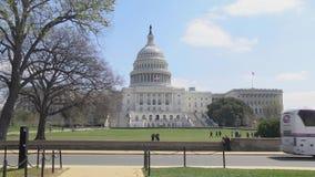 Туристические автобусы столицы Соединенных Штатов весной - проходя конгрессом сток-видео