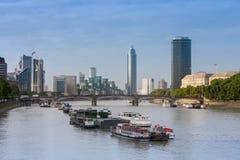 Туристические судна города на реке Темзе, на Br Lambeth предпосылки Стоковое фото RF