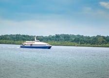 Туристические судна плавая на воде стоковая фотография rf