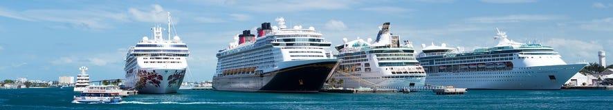 Туристические судна состыкованные на Нассау в Багамских островах стоковое фото