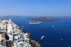 Туристические судна в Thira, острове Santorini, Греции Стоковые Фото