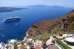Туристические судна в Thira, острове Santorini, Греции Стоковое фото RF