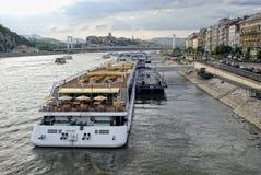 Туристические судна на Дунае в Будапеште Стоковая Фотография