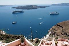 Туристические судна поставленные на якорь на Santorini Греции Стоковые Фотографии RF