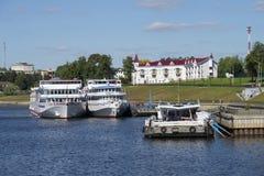 Туристические судна причалены на пристани города Uglich Стоковая Фотография