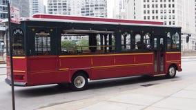 Туристический автобус в центре города Чикаго стоковые фотографии rf