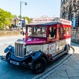 Туристический автобус в Holmfirth стоковые изображения rf