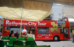 Туристический автобус и люди города в старом городке Rethymno, Крита, Греции Стоковое Изображение RF