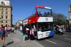 Туристический автобус на Нотр-Дам в Париже, Франции стоковое фото