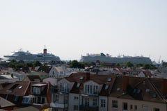 2 туристического судна увиденного над крышами группы в составе дома Стоковая Фотография