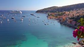 Туристическое судно в заливе Villefranche-sur-Mer, ` Azur CÃ'te d, Франции акции видеоматериалы