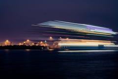 Туристическое судно исчерчивает в прошлом в нерезкости с побережья Kochi стоковые изображения