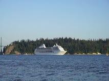 Туристическое судно моряка 7 морей от круизной линии морей правителя 7 роскошной за известным парком Стэнли в Ванкувере для семис акции видеоматериалы