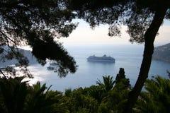 Туристическое судно на анкере в среднеземноморской гавани, Fr Стоковое Фото