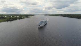 Туристическое судно на виде с воздуха реки Стоковая Фотография