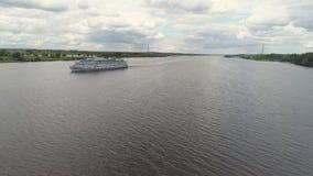 Туристическое судно на виде с воздуха реки Стоковые Фотографии RF