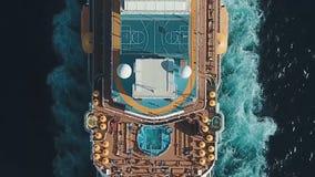 Туристическое судно на гавани Туристическое судно в голубом море шток Вид с воздуха красивого большого белого корабля на заходе с Стоковое фото RF