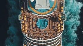 Туристическое судно на гавани Туристическое судно в голубом море шток Вид с воздуха красивого большого белого корабля на заходе с Стоковые Фото