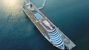 Туристическое судно на гавани Туристическое судно в голубом море шток Вид с воздуха красивого большого белого корабля на заходе с Стоковое Фото