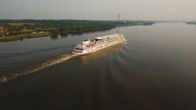 Туристическое судно на реке вид с воздуха Стоковое Фото