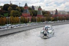 Туристическое судно плавает на реке Москвы, Москвой Кремлем Стоковое Изображение