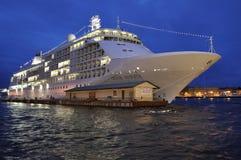 Туристическое судно припаркованное в белой ноче святой petersburg России моста okhtinsky Стоковая Фотография