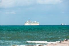 Туристическое судно уходя от порта Майами Город известное тропическое назначение для круизов стоковое фото rf