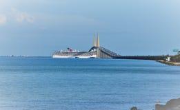 Туристическое судно чуда масленицы под мостом Стоковые Изображения RF