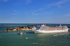 Туристическое судно двигая через канал Сан Marco в Венеции, Италии стоковая фотография