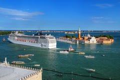 Туристическое судно двигая через канал Сан Marco в Венеции, Италии Стоковое фото RF