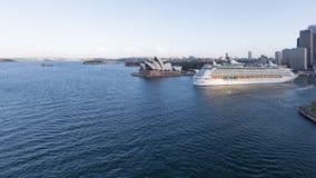 Туристическое судно входит в порт, Сидней Стоковая Фотография RF