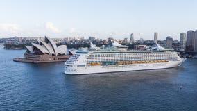 Туристическое судно входит в порт Сиднея Стоковое фото RF