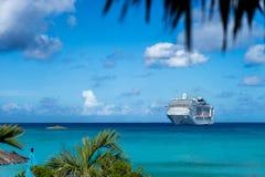 Туристическое судно в кристаллическом открытом море стоковое фото