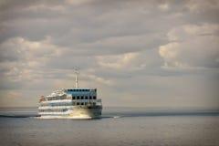 Туристическое судно в открытой воде Стоковое Фото