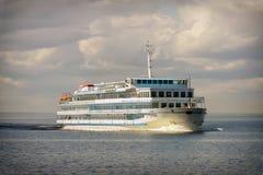 Туристическое судно в открытой воде Стоковые Фотографии RF