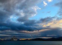 туристическое судно в sunet Стоковая Фотография