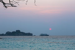 Туристическое судно и восход солнца Стоковое Фото